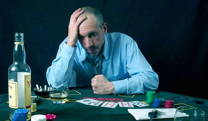 Man i förtvivlan under kortspel