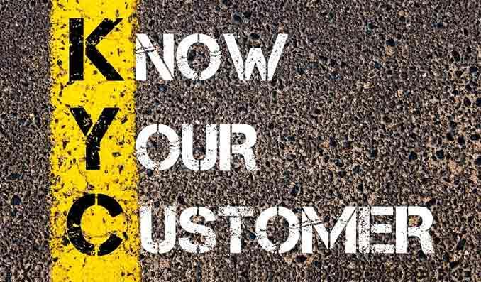 Know your customer - text i svart, gult och vitt.